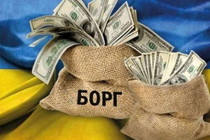 """На каждом украинце уже """"висит"""" долг в две тысячи долларов: что дальше"""