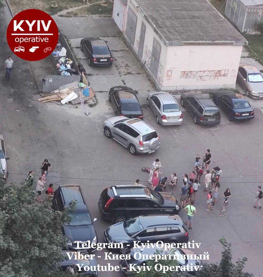 ДТП під Києвом: жінка у дворі будинку збила дитину і в'їхала в автомобіль  - today.ua