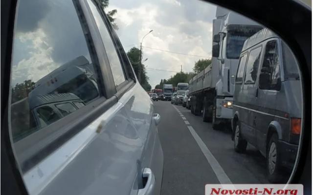 Дальнобойщиков загнали в тупик: водители фур перекрыли въезды в Николаев   - today.ua