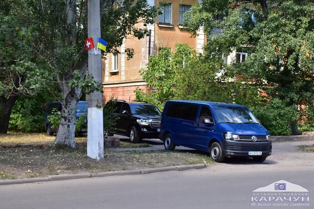 Кортеж Зеленского в Славянске попал на видео: очевидцы насчитали 11 автомобилей  - today.ua