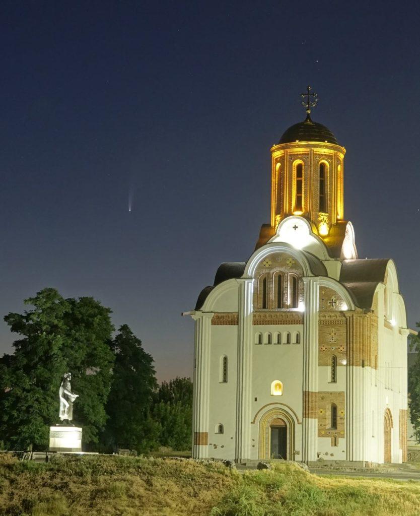 """В небе над Украиной """"стоит"""" комета: где можно увидеть хвостатую гостью"""