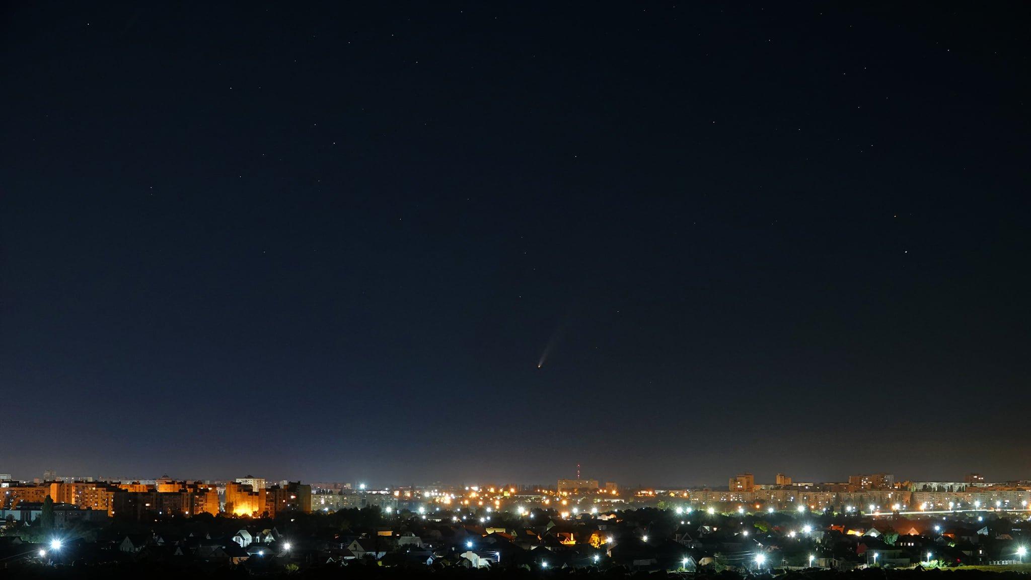 """В небі над Україною """"стоїть"""" комета: де можна побачити хвостату гостю"""