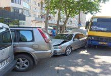 Водитель маршрутки от жары потерял сознание и протаранил четыре автомобиля - today.ua