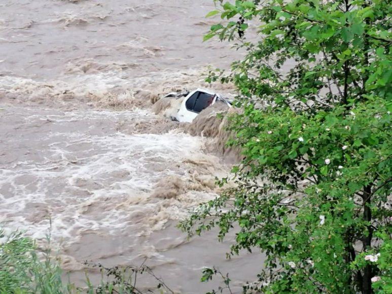 Водитель ВАЗ сбил пешехода и вылетел с моста в реку: появились подробности страшного ДТП на Львовщине - today.ua