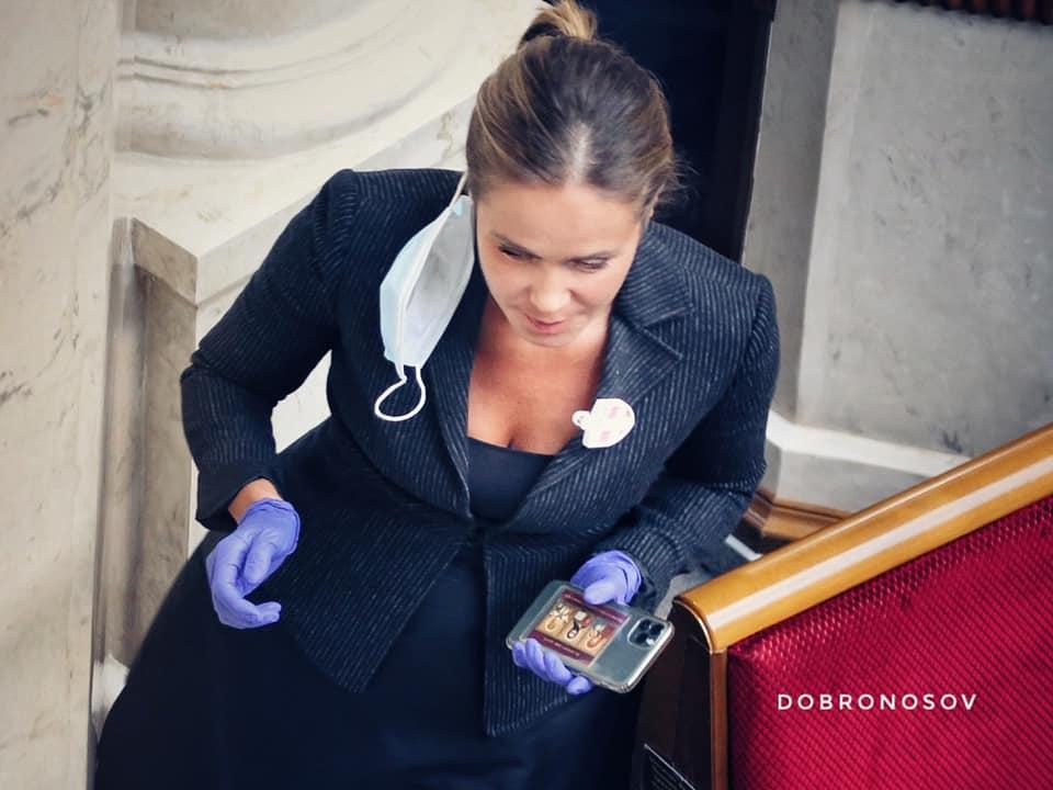Королевская в Раде защищается от коронавируса оригинальным способом: маска уже не нужна