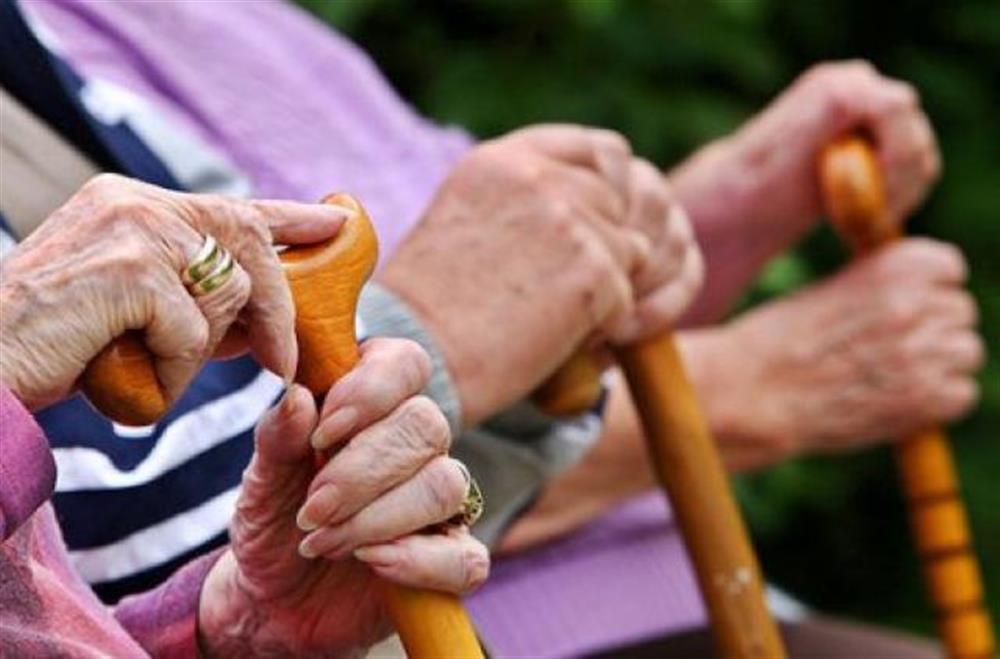 Українцям масово урізають пенсії: в ПФУ назвали головну причину скарг громадян  - today.ua