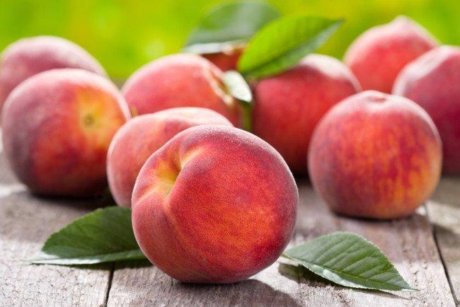 Сливы и персики можно есть не всем: медики рассказали о вредных свойствах фруктов