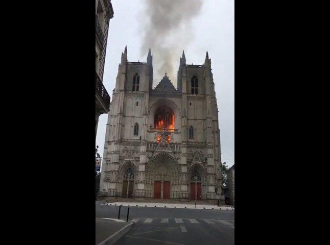 Во Франции опять горит большой старинный собор: появилась версия о поджоге - today.ua