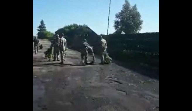Военный креатив: на Волыни до приезда Зеленского военные бутылками вычерпывали воду из луж, - фото - today.ua