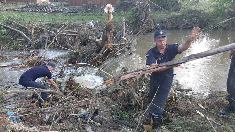 На Львівщині після потужної зливи річка вийшла з берегів: затоплені сотні будинків – фото - today.ua