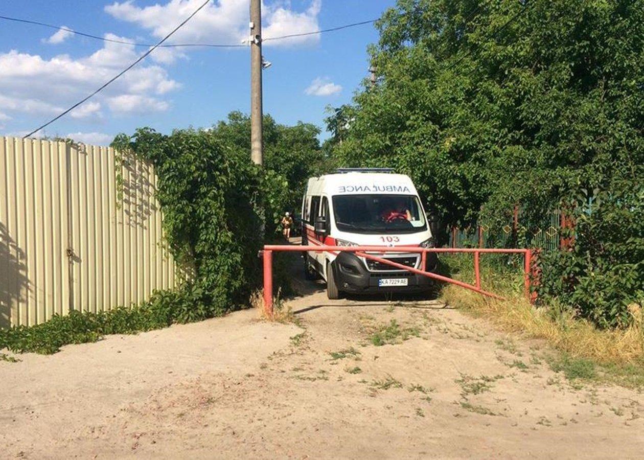 Скорая помощь не успела к больному в Киеве из-за незаконного шлагбаума: человек умер - today.ua