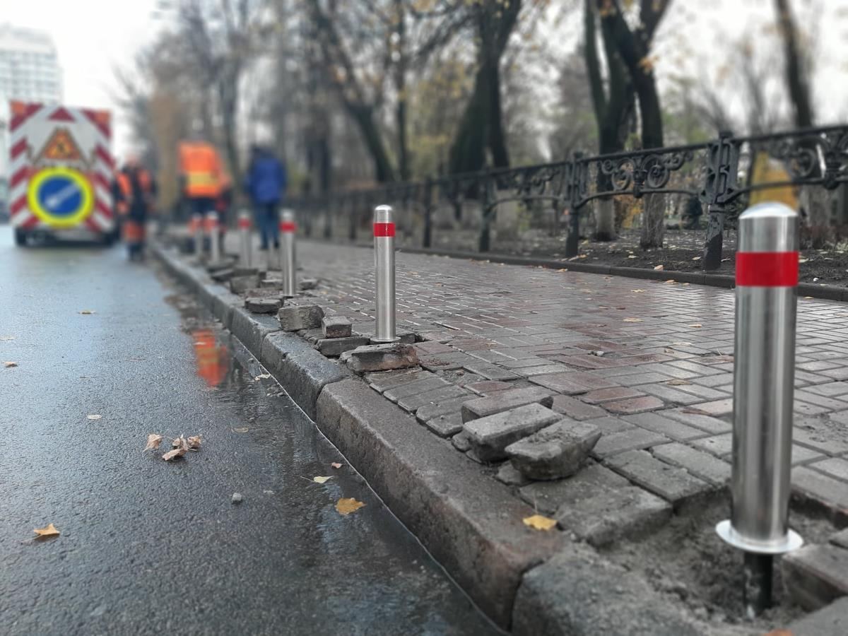 В Киеве установили 6 000 антипарковочных столбиков - today.ua