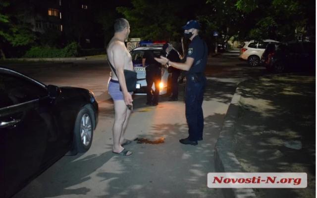 """В Николаеве """"Лексус"""" с голым водителем влетел в супермаркет: виновник пытался сбежать"""