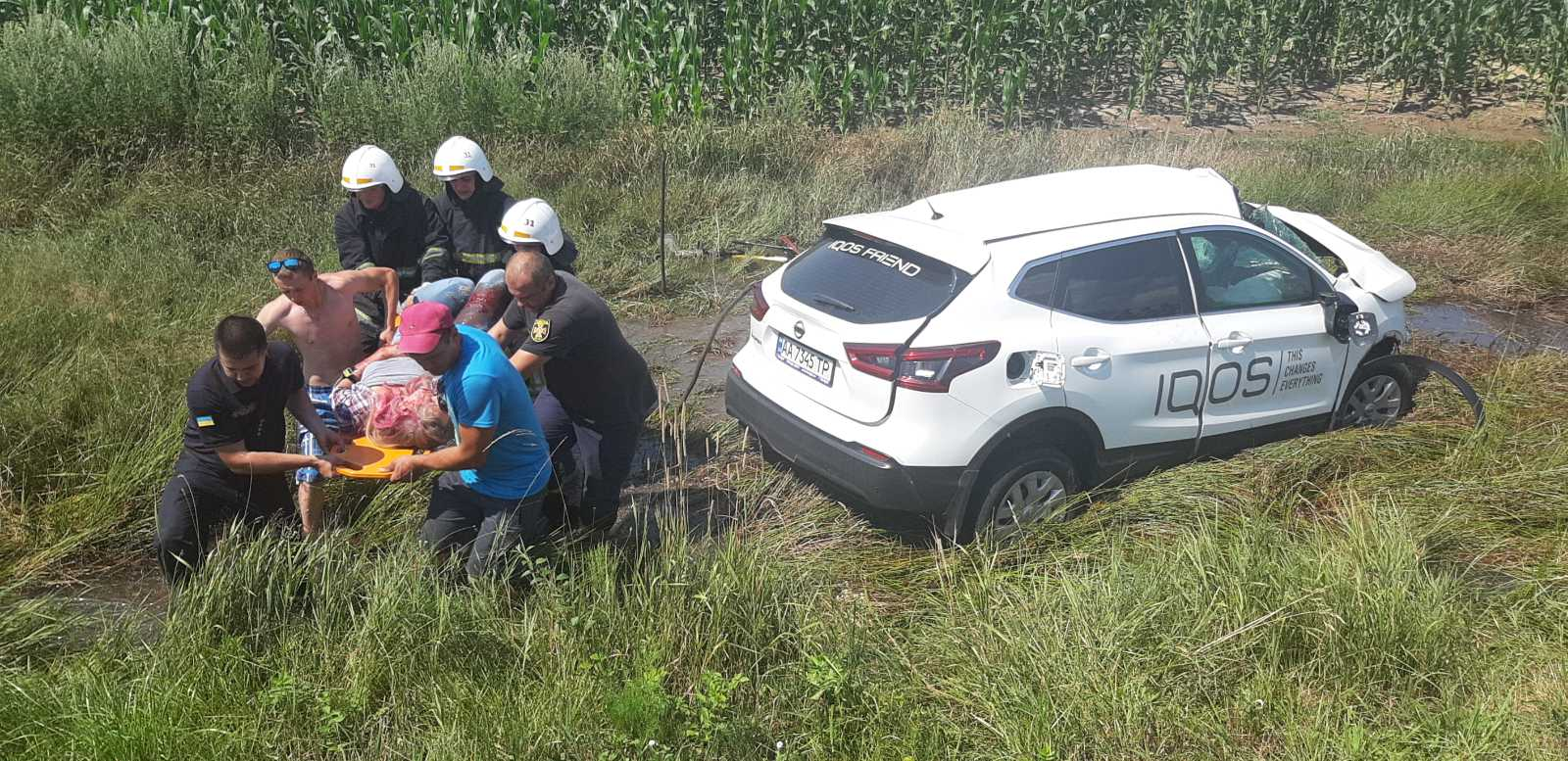 Жахлива ДТП в Київській області: дівчина на Nissan в'їхала у вантажівку і вилетіла в кювет  - today.ua