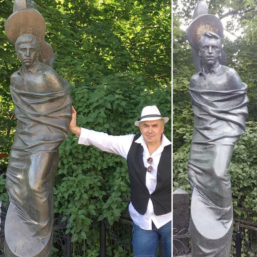 На Ваганьківському кладовищі в Москві бронзовому Висоцькому відпиляли голову