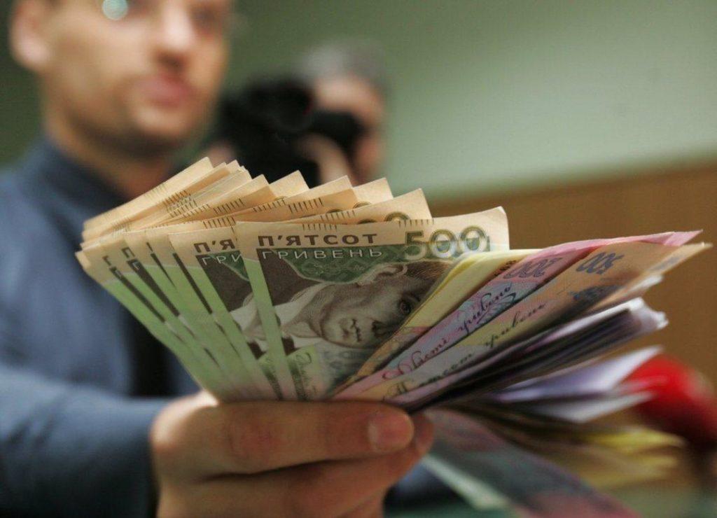 Зарплаты в Украине: стало известно, кто в нашей стране получает больше всех