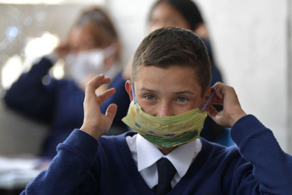 Чи потрібно школярам купувати маски та антисептики за власний рахунок: в МОН зробити заяву