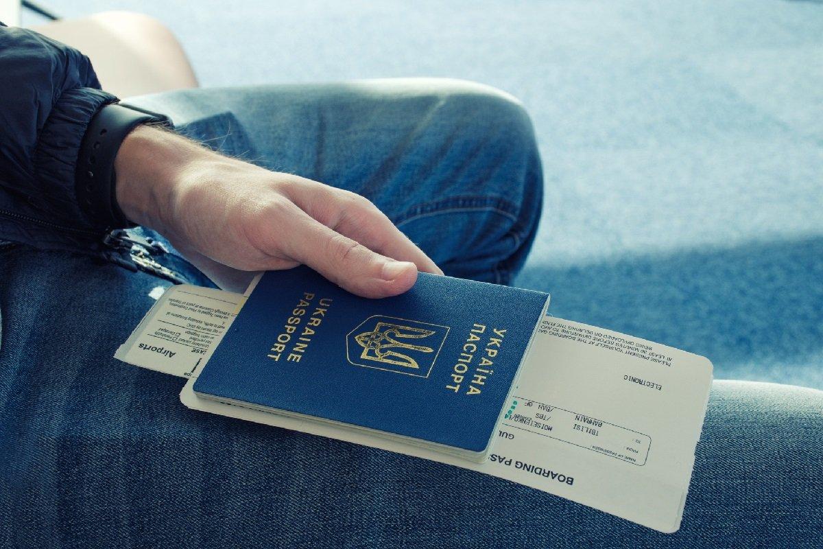 Українцям поміняють паспорта: паперові книжечки виведуть з обслуговування
