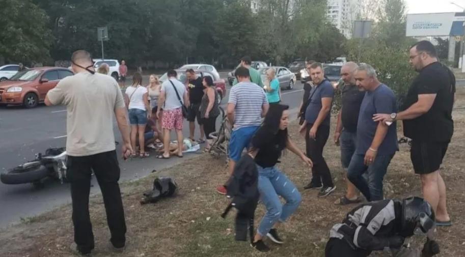 ДТП в Одессе: мотоциклист на переходе сбил женщину с двумя детьми, свидетели аварии устроили самосуд
