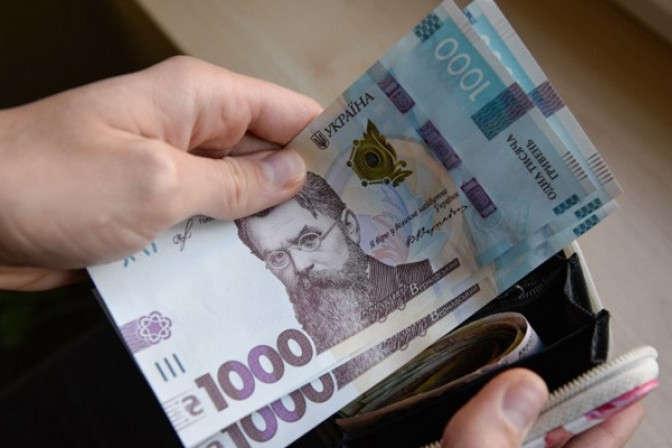 Вже з осені в Україні зростуть зарплати і пенсії: кому скільки додадуть