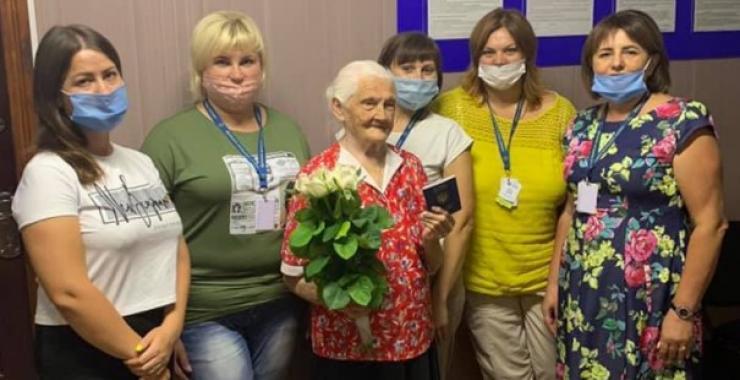 Впурхнула в кабінет, процитувала Шевченка, взяла паспорт і вийшла: 102-річна пенсіонерка отримала закордонний паспорт