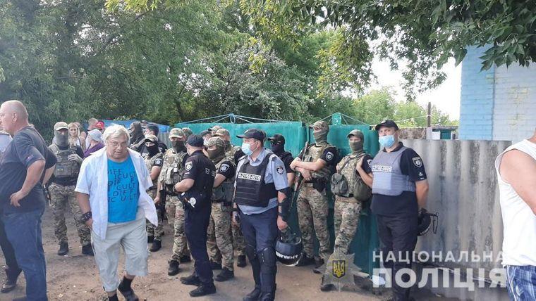 Конфликт с ромами в Харьковской области: село окружено полицией и спецназом - что там происходит