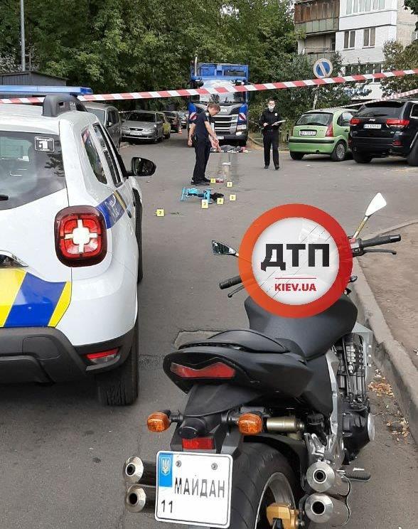 ДТП с мусоровозом в Киеве: под колесами огромной машины оказалась женщина с ребенком