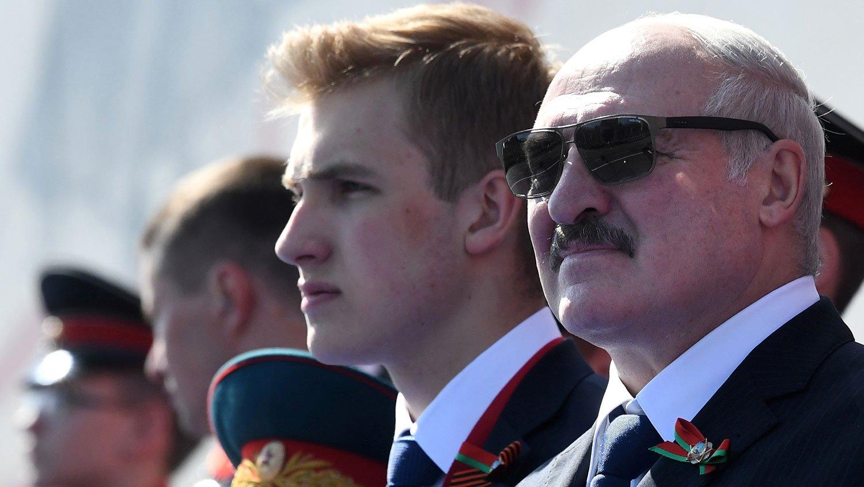 """Олександру Лукашенко сьогодні - 66: """"подарунок"""" від опозиції, і потужний зв'язок білоруського лідера з молодшим сином"""