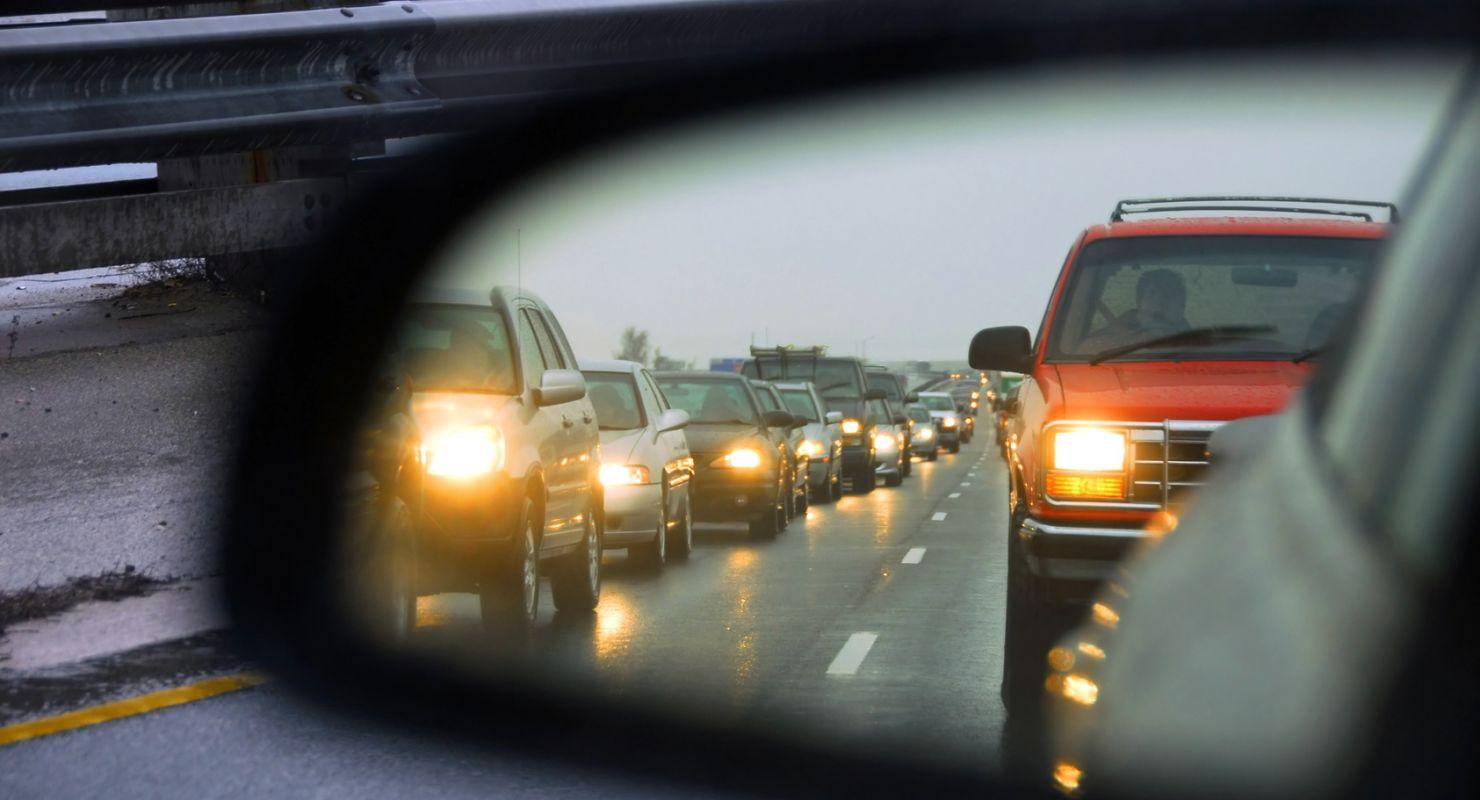 Что значит, если водитель моргает то левым, то правым поворотником?