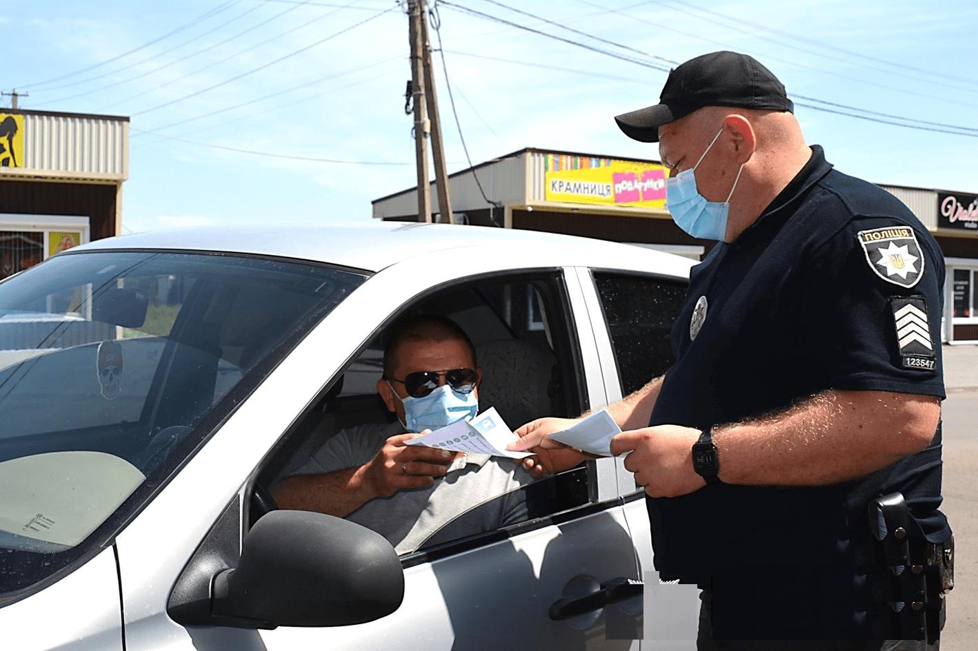 Должен ли водитель передавать документы в руки инспектора? - today.ua