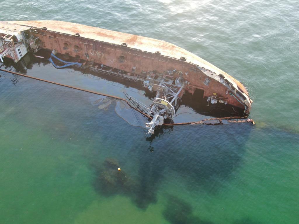Танкер Delfі в Одесі: судновласник намагався завадити підйому свого танкера – що би це означало