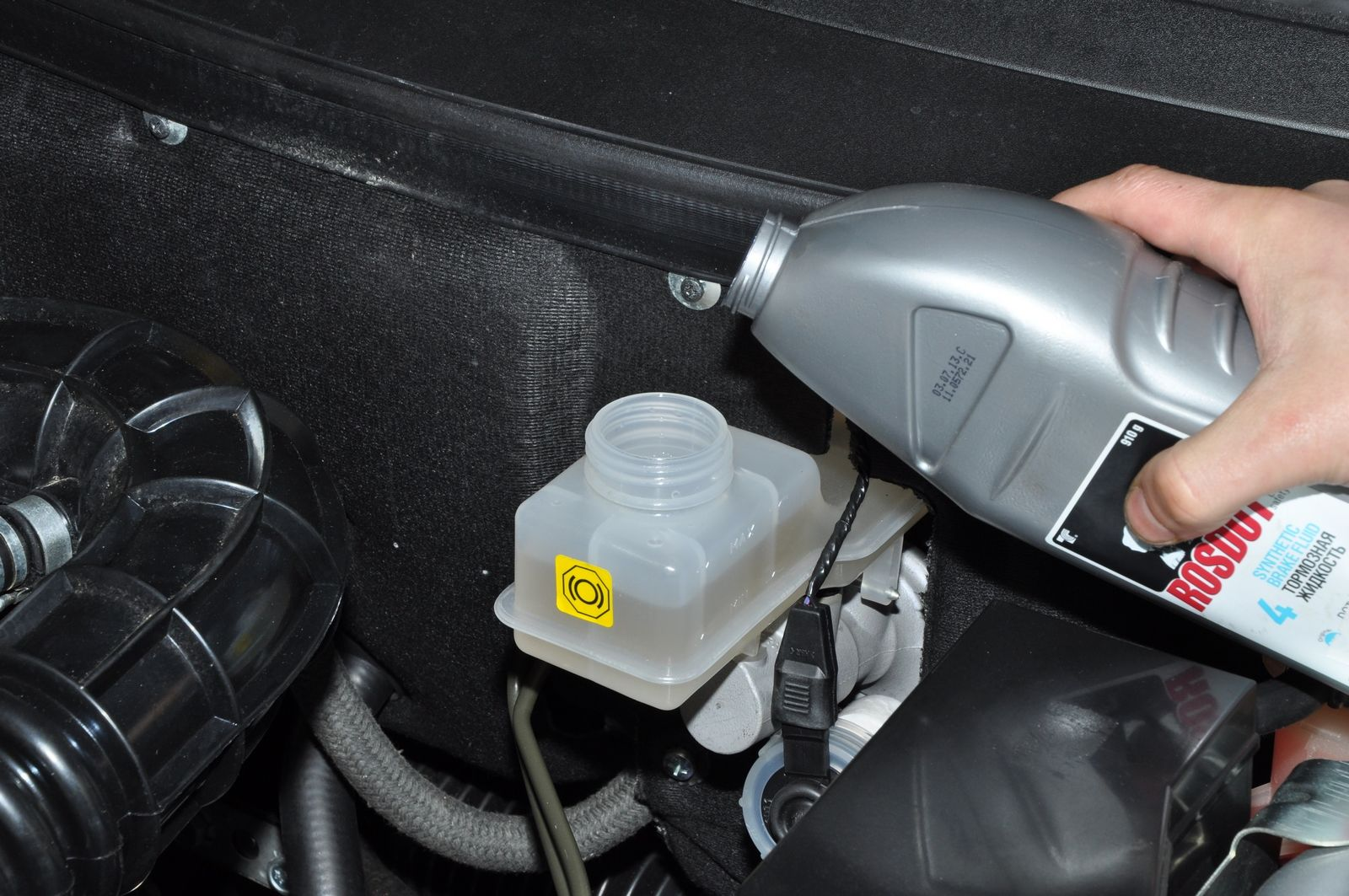 Як часто потрібно міняти гальмівну рідину в авто? - today.ua