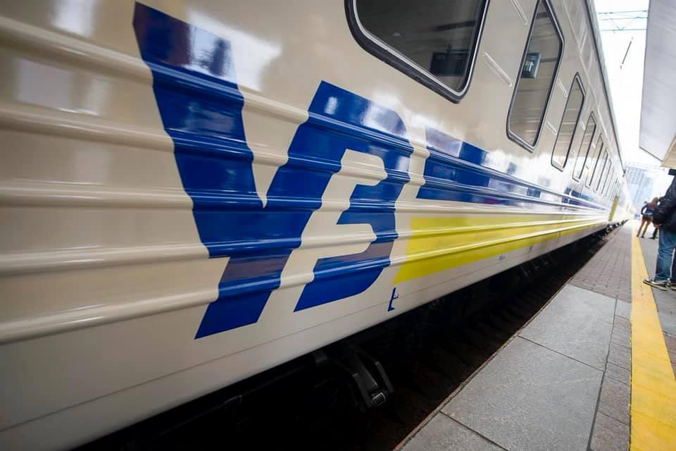 """""""Укрзалізниця"""" скасувала зупинки потягів у деяких містах Західної України: що відбувається"""