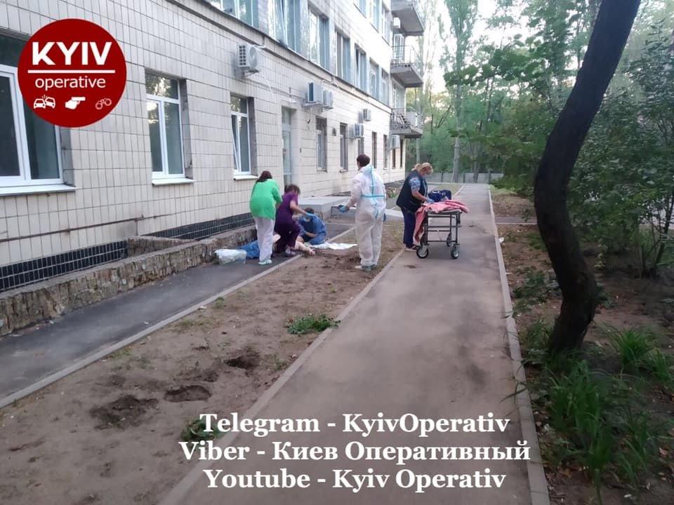 В Киеве из окон больницы массово выбрасываются люди, которых лечили от COVID-19