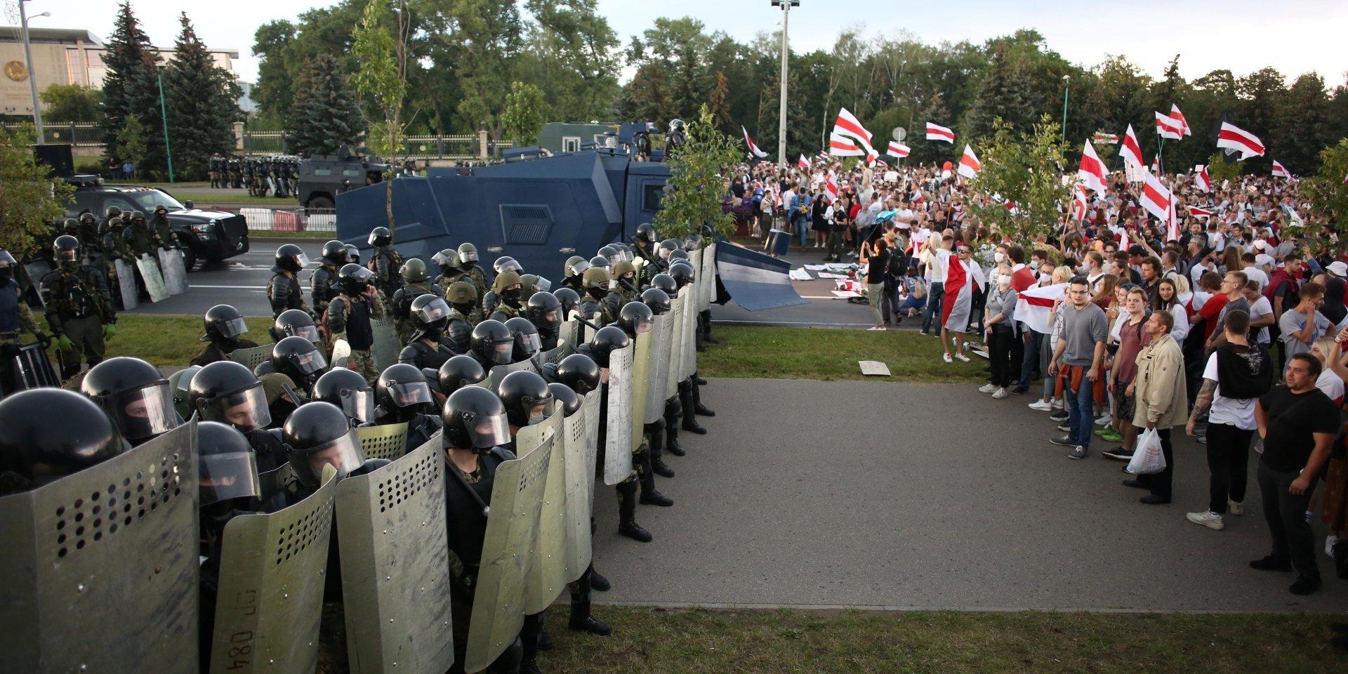 Лукашенко ввів в Мінськ війська: головні вулиці столиці перекрили БТРи, натягнуто колючий дріт - today.ua