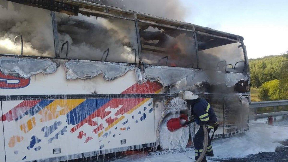 На трасі Київ-Одеса загорівся автобус з 20 людьми: подробиці інциденту - today.ua