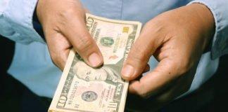 Чи варто українцям зараз міняти долари: експерти розповіли - today.ua