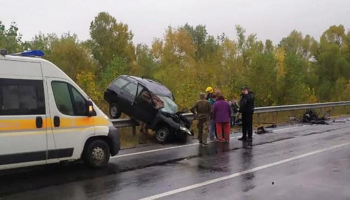 Смертельна ДТП під Черніговом: авто вилетіло на огорожу, двоє людей загинули