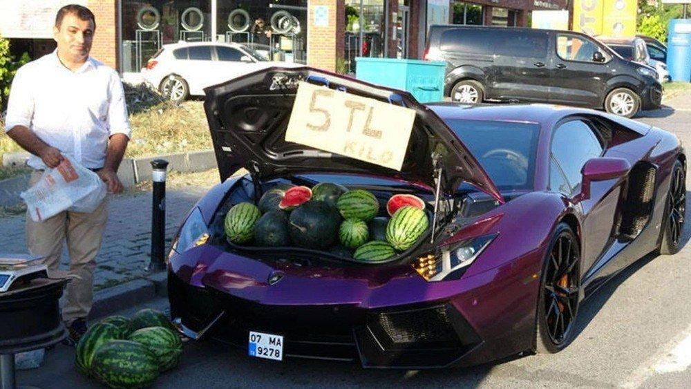 Власник Lamborghini продавав кавуни з багажника свого авто