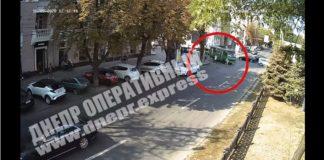 """Жуткое ДТП на перекрестке в Днепре: маршрутка подмяла женщину под колеса, камера зафиксировала все, - видео 18+"""" - today.ua"""