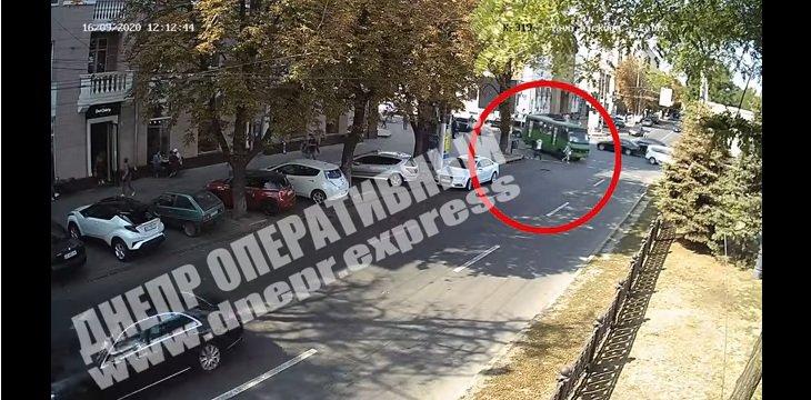 Жуткое ДТП на перекрестке в Днепре: маршрутка подмяла женщину под колеса, камера зафиксировала все, - видео 18+ - today.ua