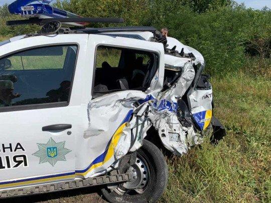 ДТП в Київській області: фура на швидкості протаранила поліцейську машину, людей діставали рятувальники