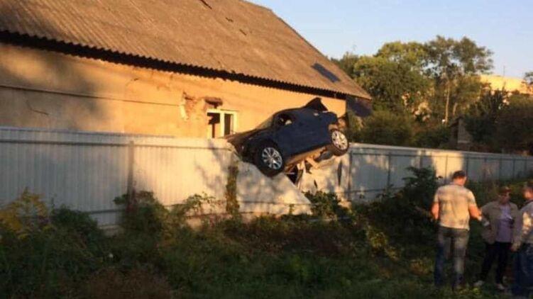 """ДТП в Чернівцях: відчайдушний поліцейський """"припаркував"""" свою машину на паркані"""