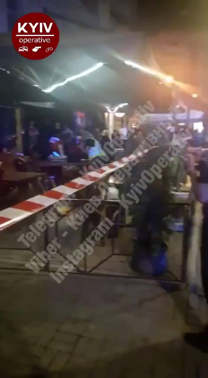ДТП на Печерске: в центре Киева пьяный водитель влетел в летнюю террасу кафе, есть травмирован