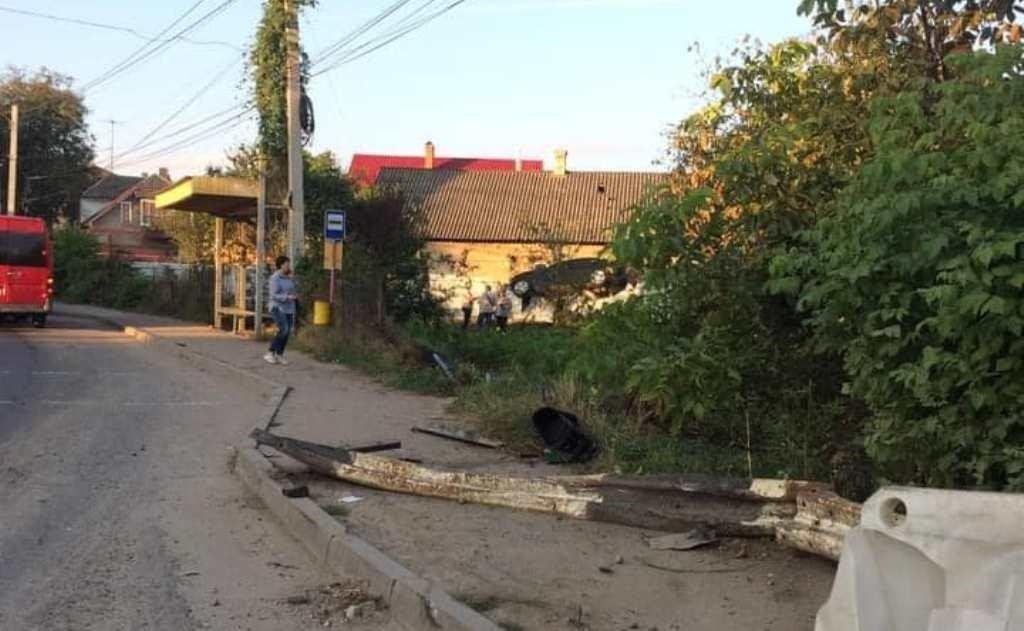 """ДТП в Чернівцях: відчайдушний поліцейський """"припаркував"""" свою машину на паркані - today.ua"""