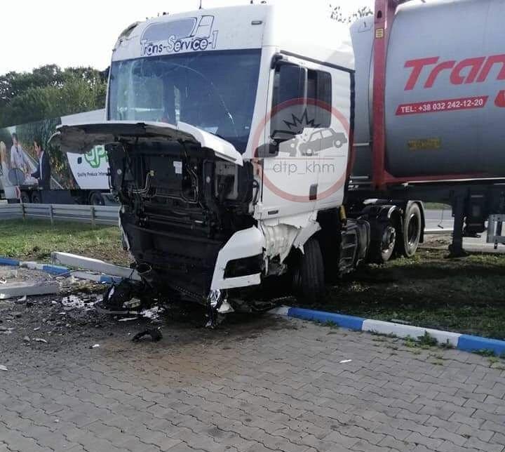 ДТП на Хмельниччині: в зіткненні легкового автомобіля і вантажівки у легковика було мало шансів