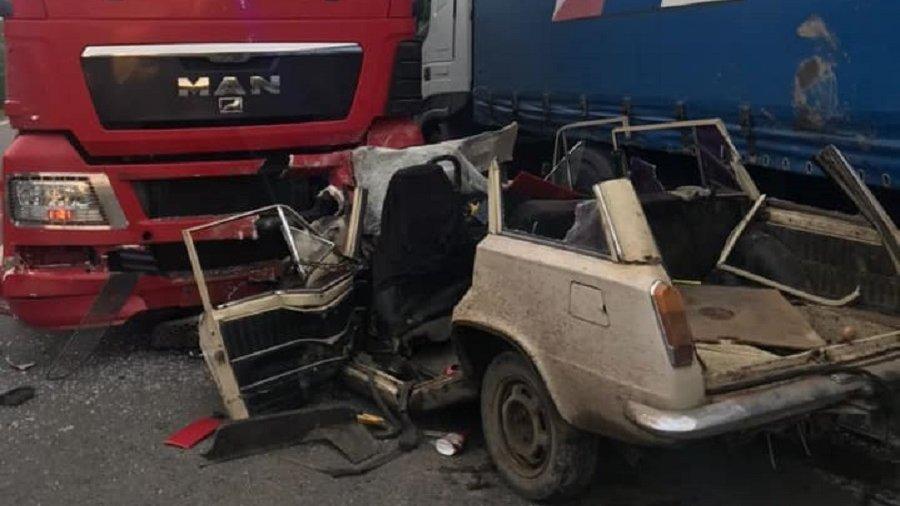 Жуткое ночное ДТП в Коломые: легковушка влетела в грузовик - все погибли