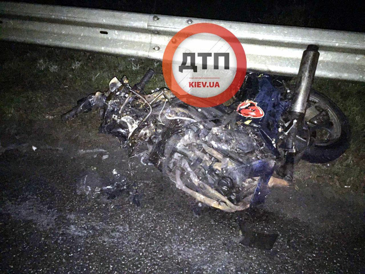Ночная ДТП с мотоциклом под Киевом:  байкер и его пассажирка погибли мгновенно – груда металла и фрагменты тел - today.ua