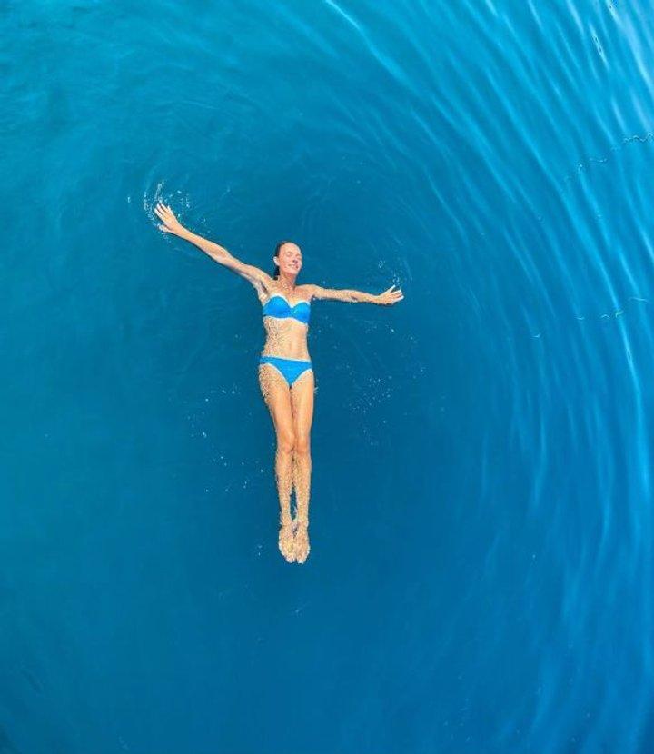 Катя Осадча підкорила Мережу розкішною фігурою: бездоганне тіло у блакитному купальнику