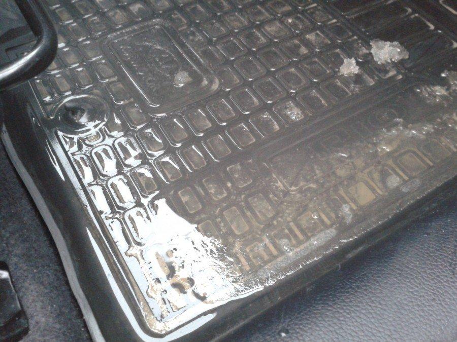 Як дешево захистити днище авто від мокрих килимків?